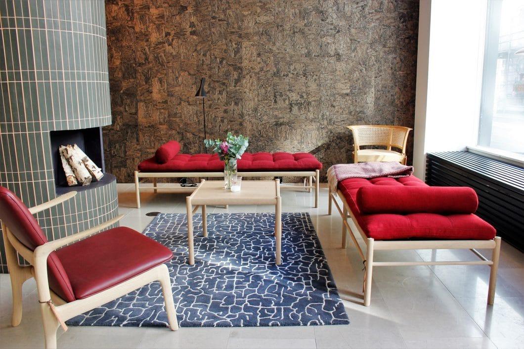 Elegante Stühle, zarte Beistelltische, großformatige Bücherregale: Das Unternehmen Carl Hansen & Søn existiert seit über 100 Jahren - und stellt nach wie vor einen Großteil seiner Produkte in Handarbeit her. (Foto: Susanne Scheffer)