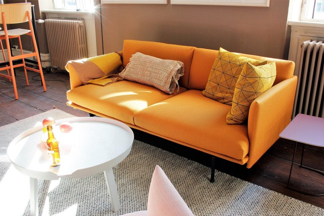 Hygge: Das kann auch eine kleine Couch mit puristischen Formen und einem satten Gelbton sein. Allein das Anschauen macht glücklich! (Foto: Susanne Scheffer)