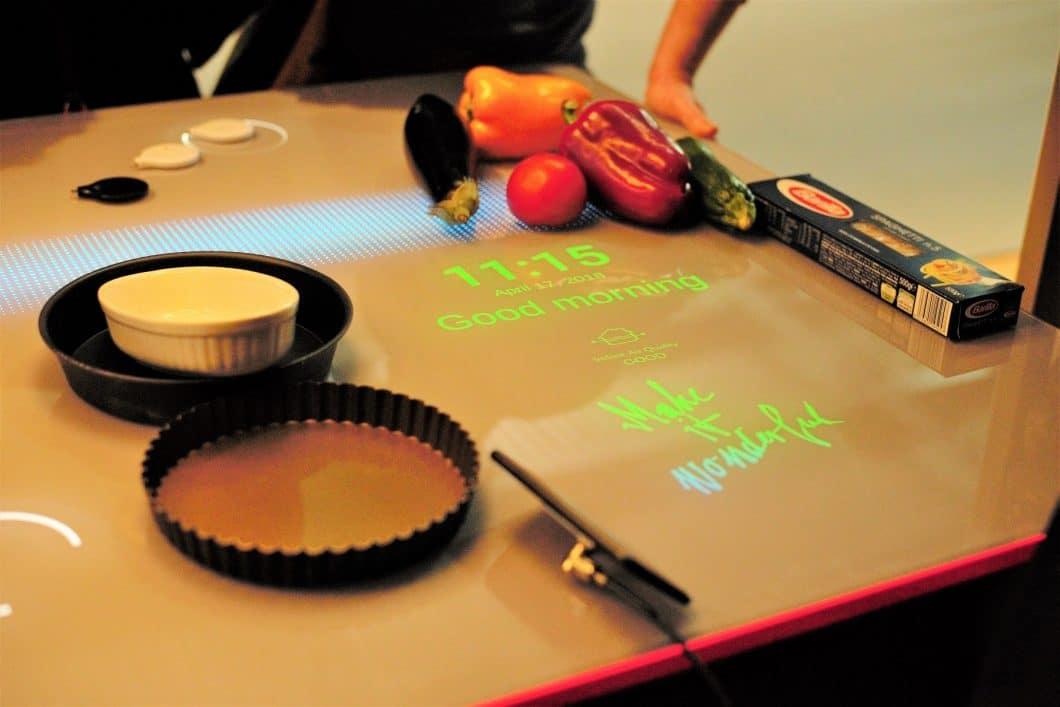 """Franke präsentiert das """"Think Next by Franke""""-Center auf der EuroCucina. Die Arbeitsplatte der Zukunft macht Spaß - und bringt sichtlich neuen Komfort in den Küchenraum. (Foto: Sophie Engelhard)"""
