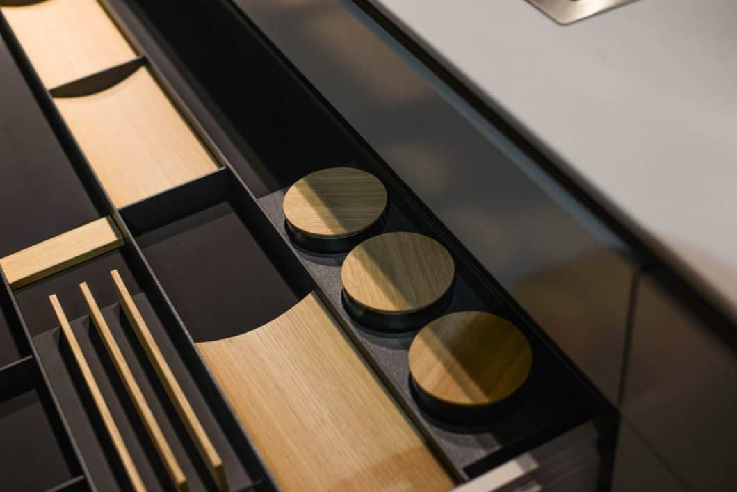 """Zu den Neuheiten von LEICHT auf der EuroCucina zählt auch das Schubladensystem """"Combo"""", das erstmals horizontal statt vertikal angeordnete Schubladeneinsätze bietet und so für einen besseren Überblick sorgen soll. (Foto: Sophie Engelhard)"""