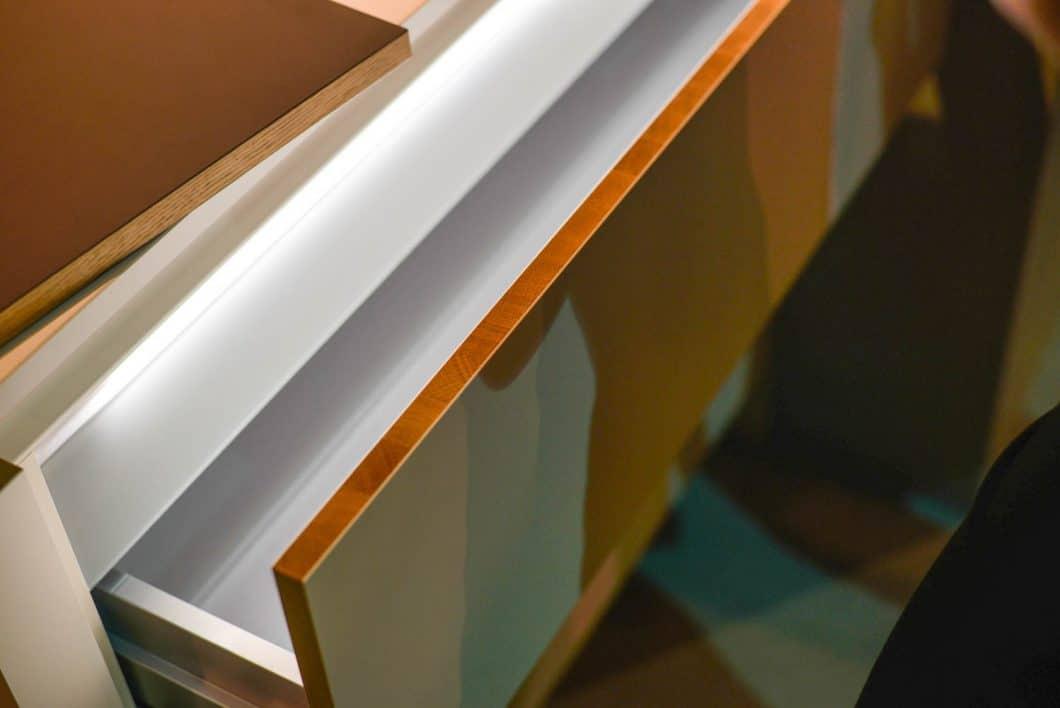 """Die eindrucksvoll gemusterte Massivholzkante aus fein strukturierter Eiche ist im neuen Programm """"Solid"""" sowohl für weiße als auch anthrazitfarbene, grifflose Fronten verfügbar. (Foto: Sophie Engelhard)"""