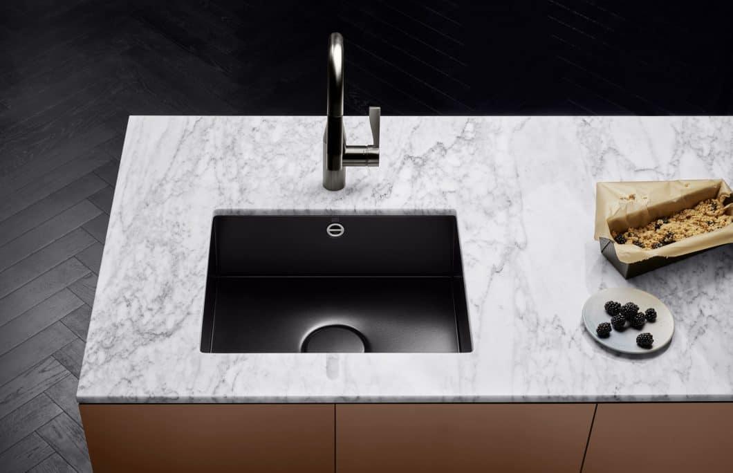 Die neuen Küchenbecken aus glasiertem Stahl von Dornbracht sind nicht nur äußerst kratzfest und widerstandsfähig, sondern vor allem optisch ein spektakulärer Anblick. (Foto: Dornbracht)