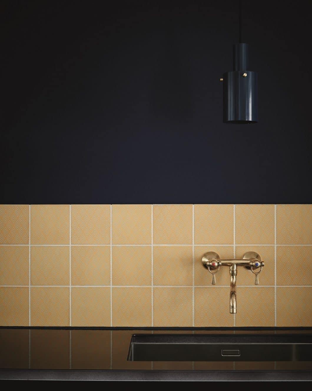 Die Schönheit liegt im Detail: Eine funktionale Fliesenwand als Spritzschutz in der Küche kann, mit den richtigen Kacheln, maßgeblich den Einrichtungsstil beeinflussen. (Foto: File Under Pop)