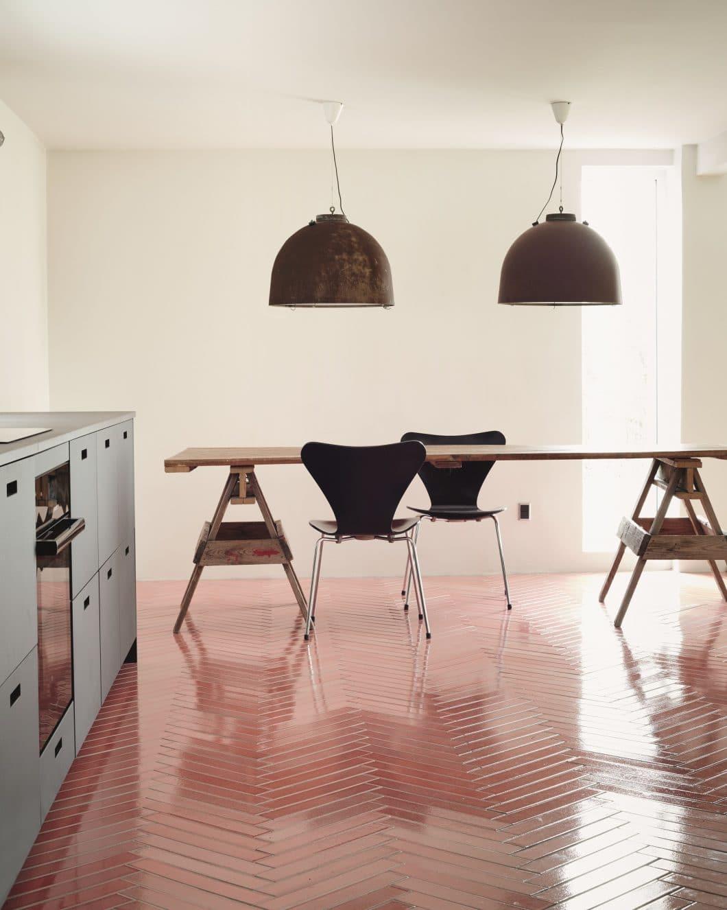Farbig glasierte Fliesen als Küchenboden oder Küchenwand bringen charaktervolle Individualität in den Raum. (Foto: File Under Pop)