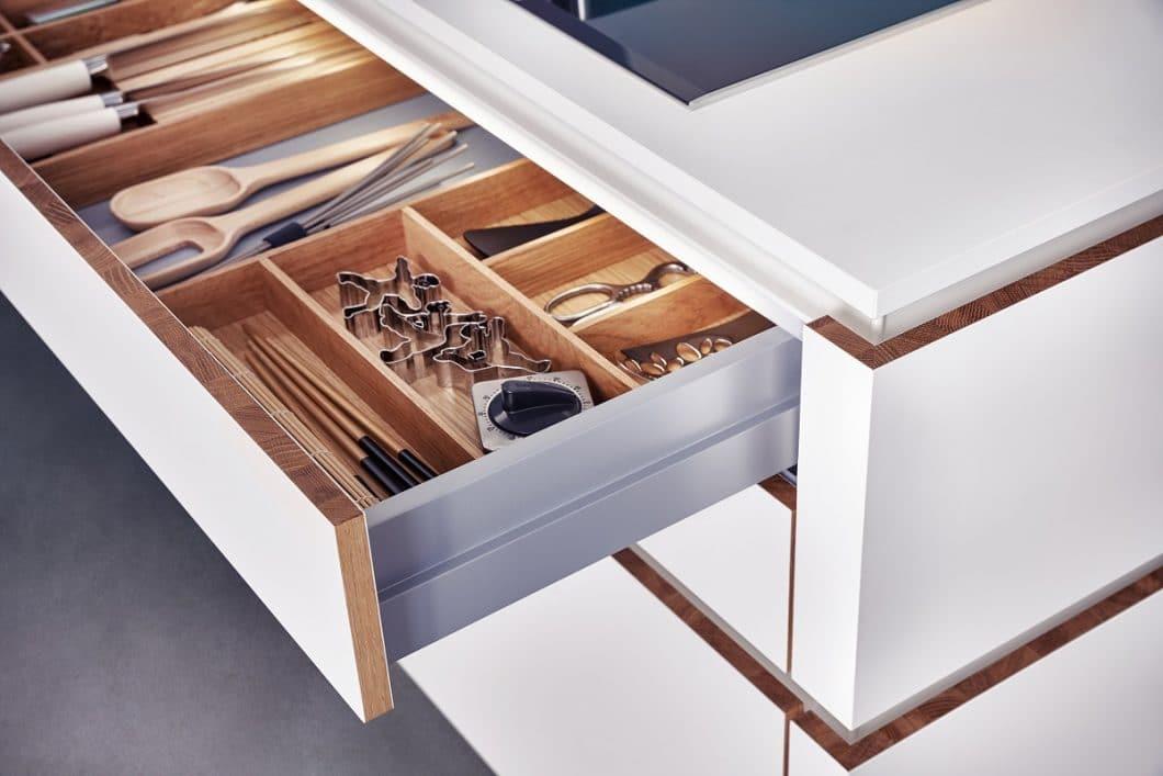 """Das neue Innenausstattungssystem """"Combo"""" von LEICHT ordnet die Schublade zum ersten Mal horizontal an - und sorgt damit für einen besseren Zugriff und Überblick. (Foto: LEICHT)"""