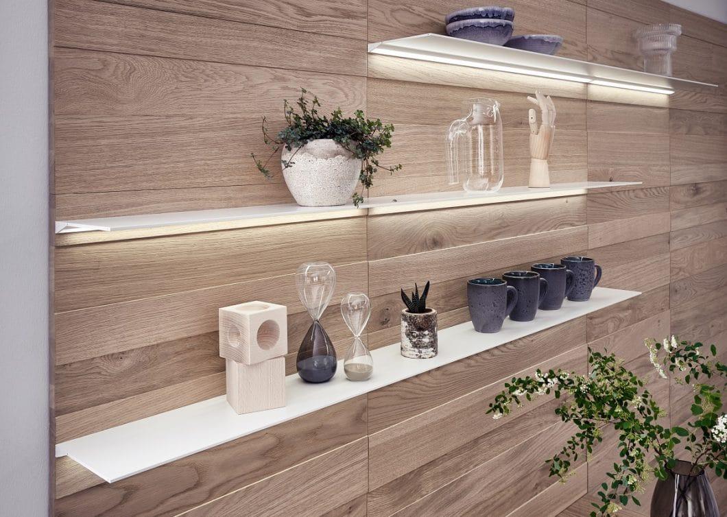LEICHT ist bekannt dafür, als innovativer Küchenentwickler auch weitere Raumlösungen rund um die Küche anzubieten. So werden, passend zu Solid, filigrane Fachborden in Weiß mit blendfreien LED-Lichtleisten angeboten. (Foto: LEICHT)