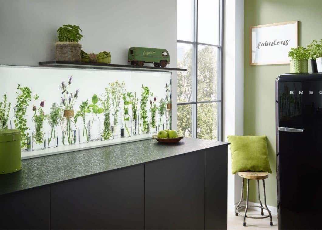 Mit der Switchy-Küchenrückwand kann sich die Einrichtung der Küche harmonisch in den Stil der Wohnraum-Dekoration eingliedern. Sobald sich dieser ändert, ist auch die Rückwand flexibel auswechselbar. (Foto: Lechner)