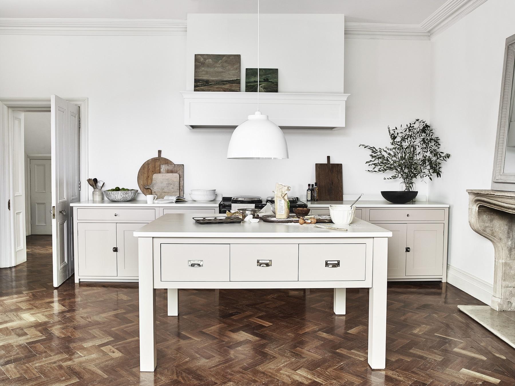 Neptune Home Hamburg präsentiert keine Einzelmöbel, sondern ganze Wohnräume: Von Küche über Schlafzimmer bis hin zu Wohnzimmer kann der Kunde den britischen Landhausstil erkunden. (Foto: Neptune)