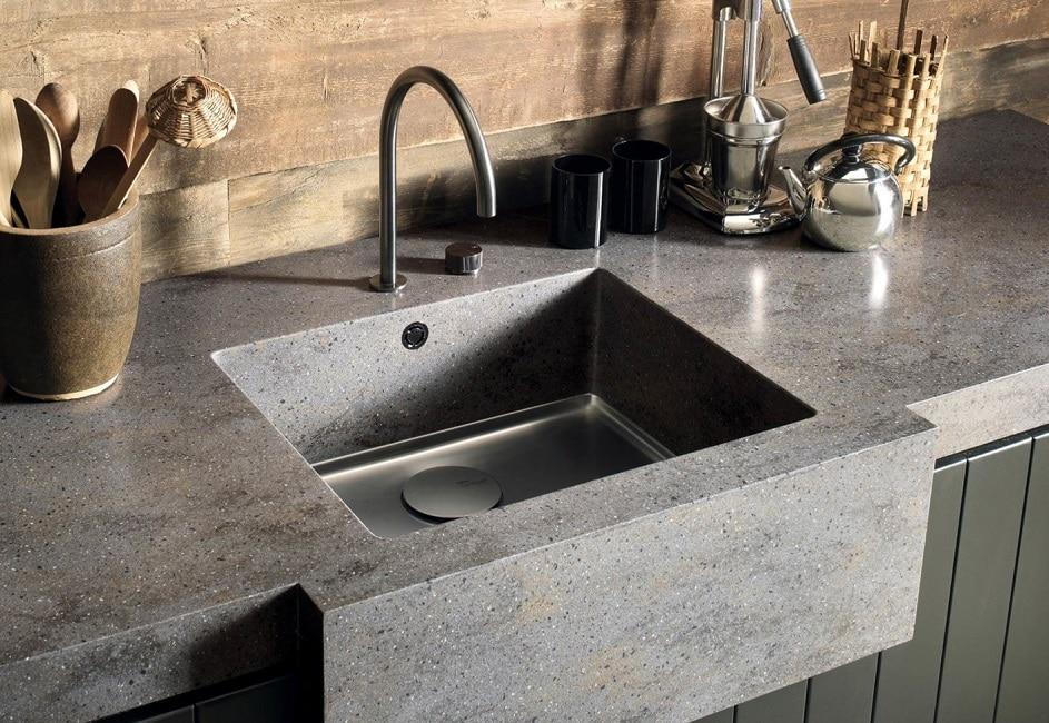 Corian Design stellt u.a. Küchenarbeitsplatten und -spülen her. Durch die Möglichkeit dreidimensionaler thermischer Verformung des Werkstoffes sind den Vorstellungen der Küchenplaner und Innenarchitekten kaum Grenzen gesetzt. (Foto: DuPont, Corian)