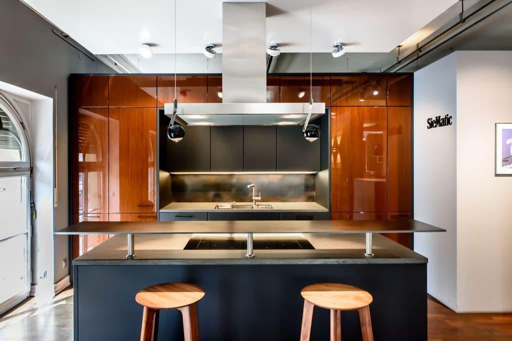 Sie sorgen sich um die Qualität einer Ausstellungsküche? Machen Sie sich klar, dass in hochwertigen Küchenstudios jeden Tag geputzt wird - und die Ausstellungsküchen im bestmöglichen Zustand gehalten werden, um präsentabel für das Studio selbst sowie inspirierend für die Kunden zu sein. (Foto: Dross & Schaffer Ludwig 6, München, SieMatic)