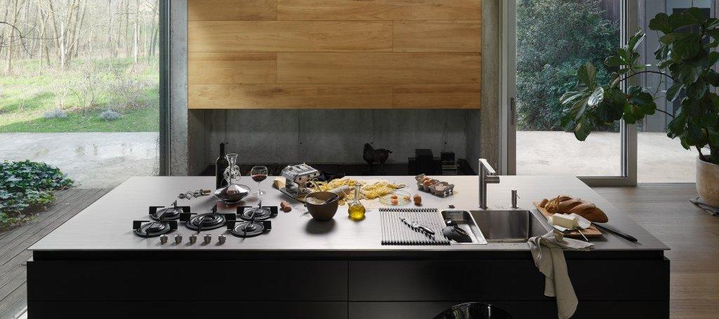 Wer Franke bisher mit Spülen und Armaturen in der Küche assoziierte, sollte einen Blick auf die hochwertigen Edelstahl-Arbeitsplatten der Schweizer werfen: wertvolle Unikate, die in Präzision geschliffen werden. (Foto: Franke)
