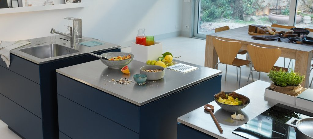 Die Creative Edelstahl-Arbeitsplatten von Franke sind vorgefertigte Modul-Oberflächen, die mit besonderen Accessoire-Halterungen für den persönlichen Gebrauch individualisiert werden können. (Foto: Franke)
