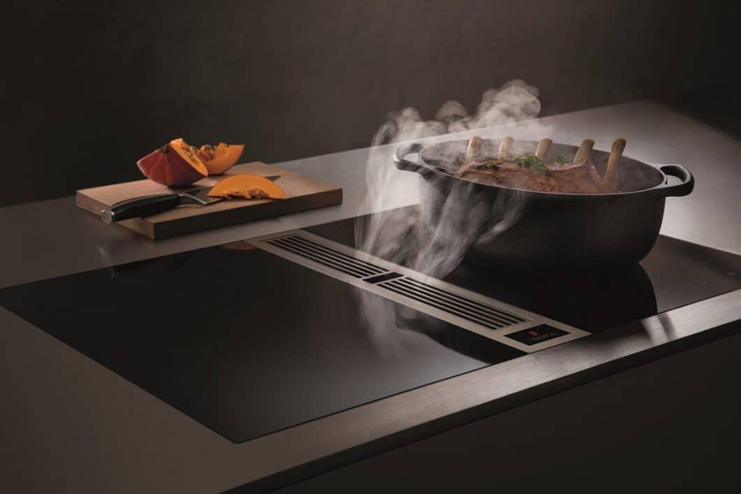 BORA Classic lässt vielfältige Kombinationsmöglichkeiten mit Teppan Yaki- und Wok-Platte zu. Es kann aber auch, wie hier, mit 2 puristischen, schmalen Kochflächen ausgestattet werden. Classic funktioniert über eine Touchfunktion. (Foto: BORA)