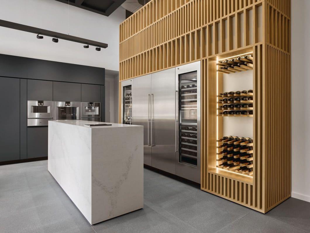 Im neu aufgelegten Modell der Gaggenau Weinklimaschrank-Serie 400 können sogar bis zu 3 unterschiedliche Klimazonen eingestellt werden, um den Wein fachgerecht zu lagern und zu kühlen. Rot- und Weißwein können im selben Schrank aufbewahrt werden. (Foto: Gaggenau)