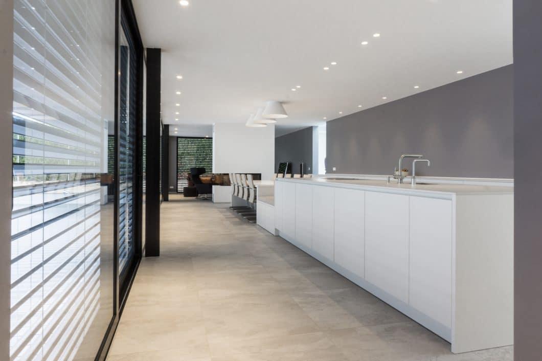 Großzügige Küchenräume, die in Wohnzonen übergehen, wird es nach wie vor geben. Dank architektonischer Handgriffe wie einem deckenhängenden Kamin können Räume sanft unterteilt werden. (Foto: Andreas Schaps/ Die Küche - Marc Boehlkau)