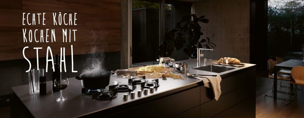Edelstahl-Arbeitsplatten finden sich hauptsächlich in Profi-Küchen wieder. Franke ermöglicht es seinen Kunden, das Material einsatzgerecht für den privatgebrauch zuzuschneiden. (Foto: Franke)
