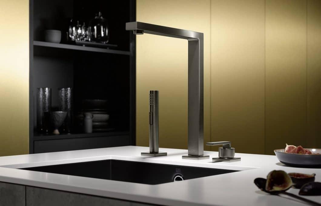 Die Dornbracht Dark Platinum matt-Armatur strahlt Eleganz und Exklusivität aus. Zurecht: ihr Bürstenstrich erfolgt in einem aufwändigen Verfahren. (Foto: Dornbracht)