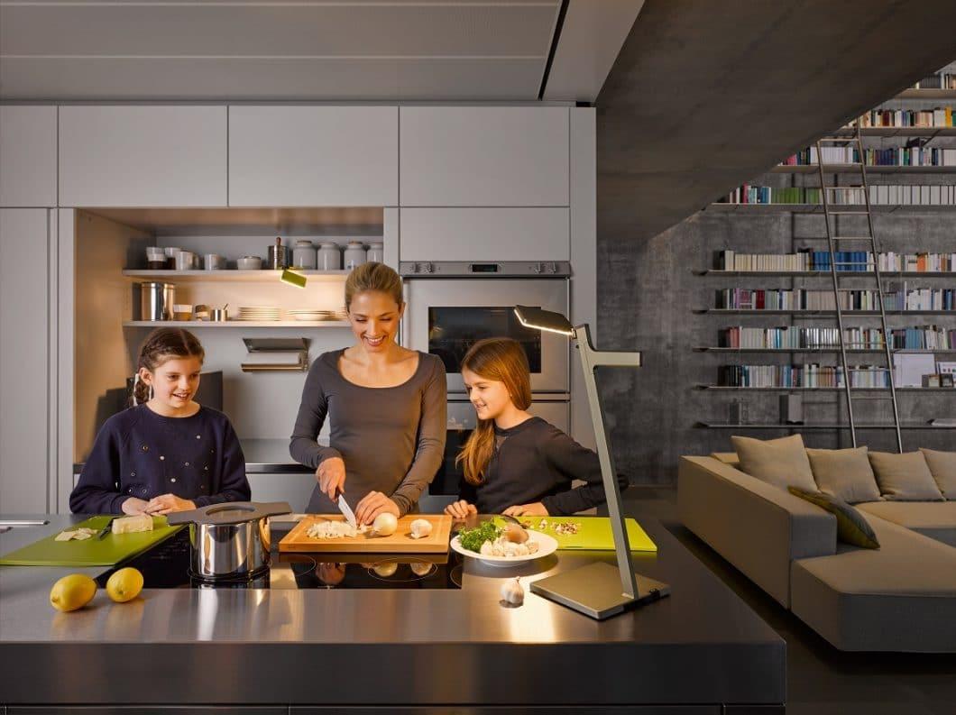 Die größere Version Roxxane Leggera kann dank ihrer schmalen Silhouette ideal als zusätzliches Arbeitslicht eingesetzt werden, beispielsweise im Küchenbereich. (Foto: Nimbus Group)