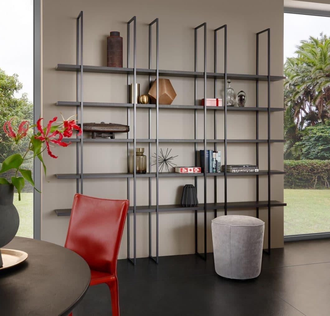 Das filigrane Regalsystem Fios verleiht dem eleganten Küchenraum einen urbanen Touch und kann sowohl als erweiterter Stauraum, als auch als Präsentationsfläche genutzt werden. (Foto: LEICHT)