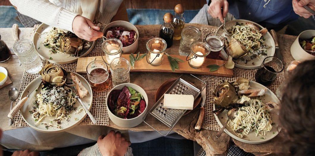 Werden Sie zum entspannten Gastgeber, der binnen weniger Minuten Getränke vorkühlt oder vorbereitetes Essen auf aufgewärmten Tellern servieren kann. FREDDY ist eine luxuriöse Stütze für den Alltag. (Foto: Irinox)