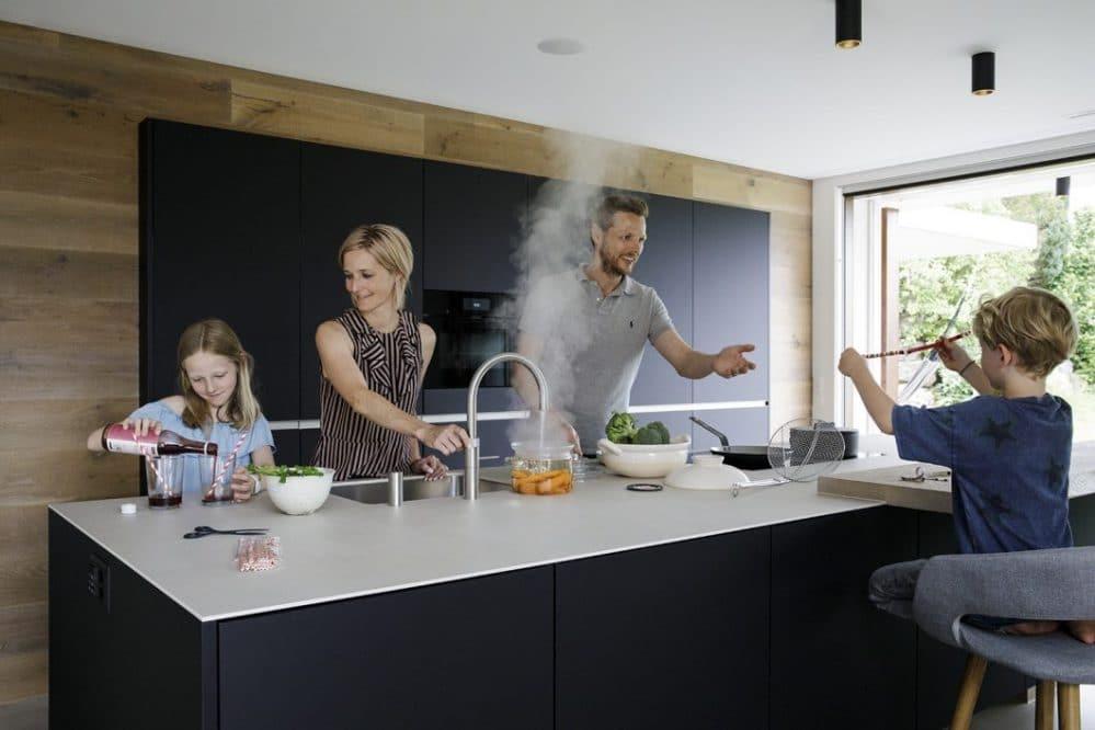 Nach wie vor lässt sich auf zweimaligen Knopfdruck hin - und somit gesichert gegen unvorsichtige Bewegungen - kochend heißes Wasser aus der Quooker CUBE-Armatur entnehmen... (Foto: Quooker)