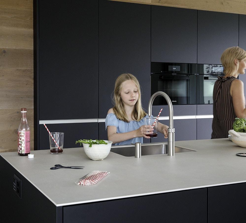 ... und direkt im Anschluss gekühltes gefiltertes sprudelndes oder stilles Wasser. Weil der Heißwassertank dann schon leer ist, droht keine Gefahr in der Benutzung des Quooker CUBE. (Foto: Quooker)