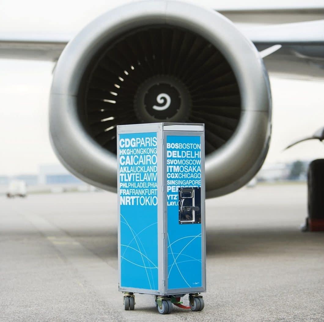 Die ikonischen Servicetrolleys von Lufthansa und Pan American World Airways machen nicht nur in der Luft eine gute Figur. Vielfältige Einsatzmöglichkeiten in Wohnung und Garten sind garantiert. (Foto: bordbar design GmbH)