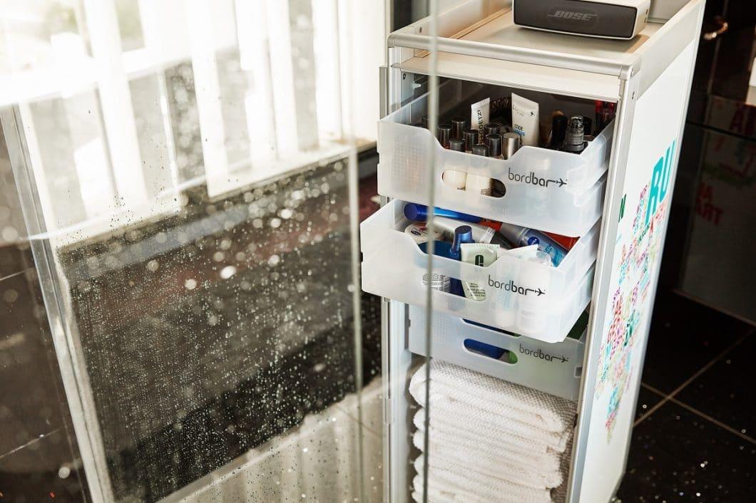 Badezimmerschrank mal anders: die gut sortierten Ablagen der bordbar-Trolleys helfen in der Luft wie am Boden dabei, den Überblick zu behalten. (Foto: bordbar design GmbH)