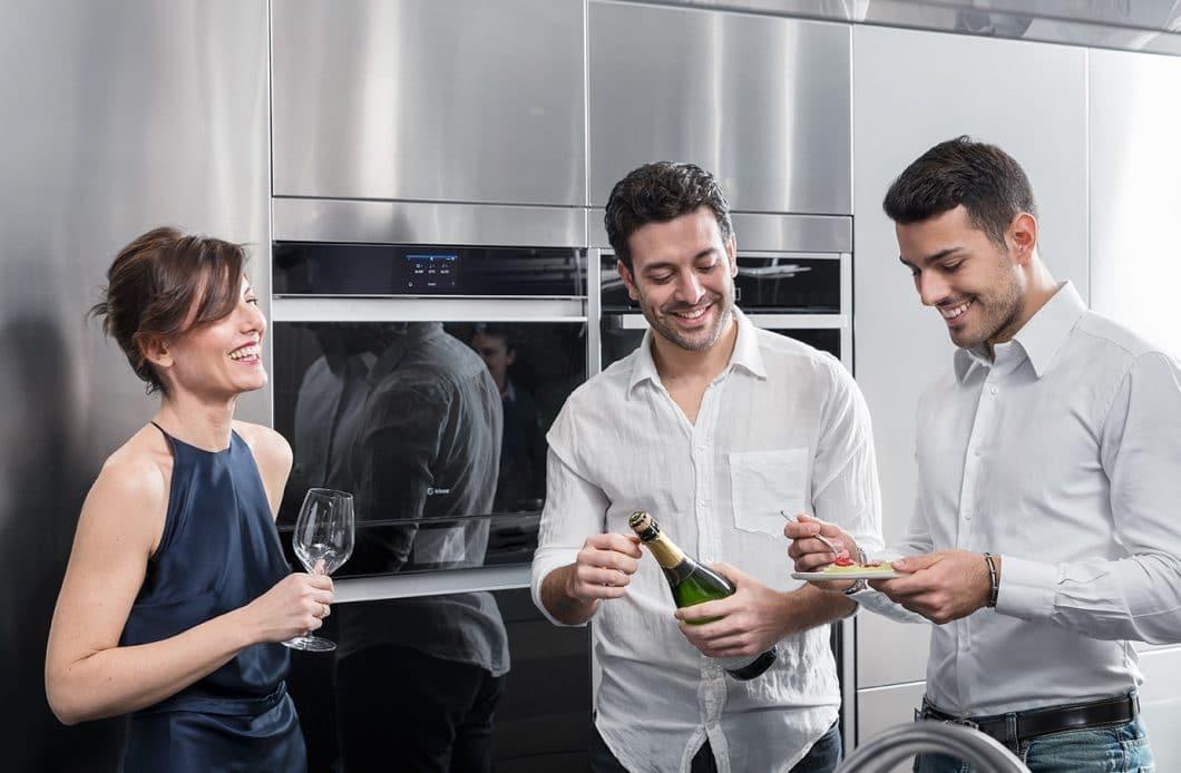 FREDDY fügt sich mit seinem minimalistischen Design elegant in die Gerätewelt moderner Küchenräume ein. Die vielen Funktionen erfüllen Gastgeberträume. (Foto: Irinox)