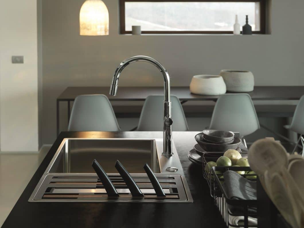 Die Spüle ist das neue Highlight der Küche. Auch Franke setzt den Ort in Szene - mit einer Designeinheit, die mehrere Funktionen gleichzeitig erfüllt. (Foto: Franke)
