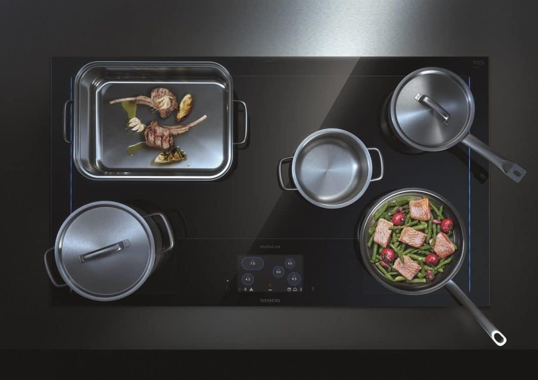 Beliebig können Töpfe, Pfannen und Bräter auf dem neuen freeInduction Plus-Kochfeld von Siemens platziert werden. Das Design ist bewusst minimalistisch gehalten und fügt sich elegant in High End-Küchen ein. (Foto: Siemens Hausgeräte)