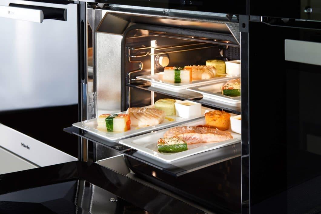 Bei den 20 Gerichten, die MChef anbietet, ist für jeden etwas dabei. Neben köstlichen Speisen mit Fleisch, Fisch oder Meeresfrüchten sind auch rein vegetarische und sogar vegane Gerichte im Sortiment. (Foto: Miele)