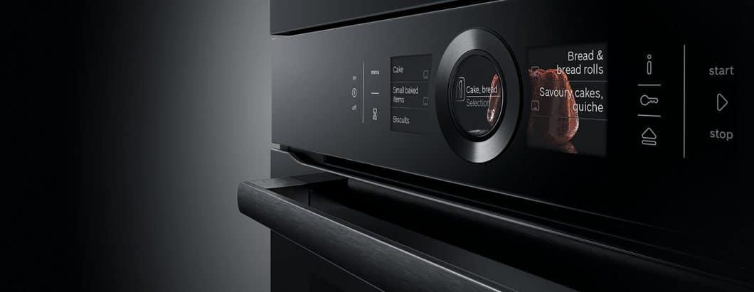 Elegant und luxuriös fügt sich das Design der neuen Bosch Accent Line Carbon Black in anspruchsvolle Küchenräume ein. (Foto: Bosch)