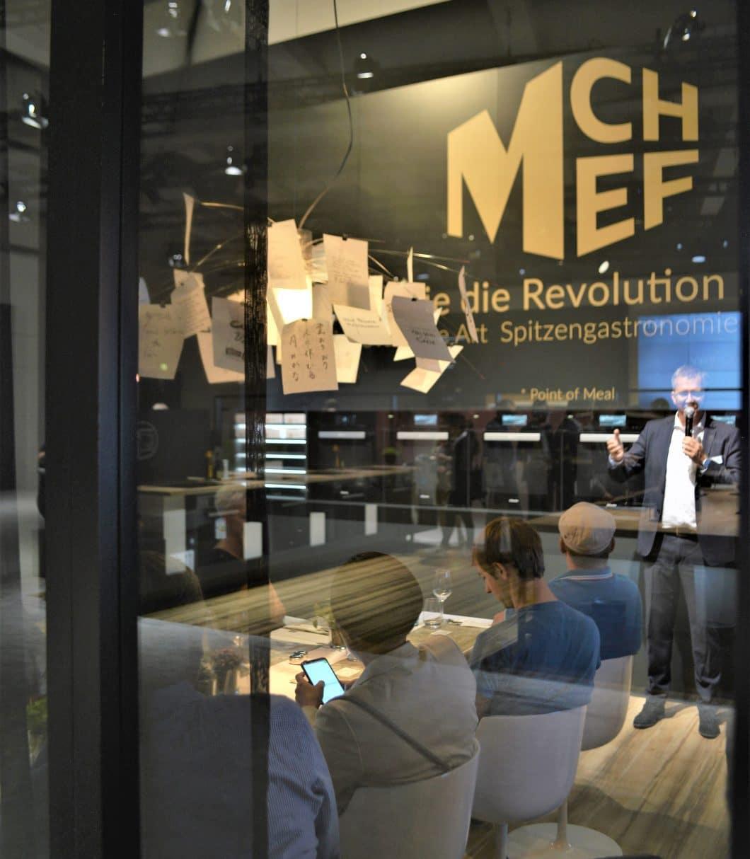 Auf der IFA 2018 in Berlin hat MChef erstmals sein Konzept präsentiert und erlebbar gemacht. Mit Anmeldung gab es die Möglichkeit, Gast zu sein und alles über die Weltneuheit zu erfahren - sowie eins der exklusiven Gerichte zu probieren. (Foto: Engelhard)