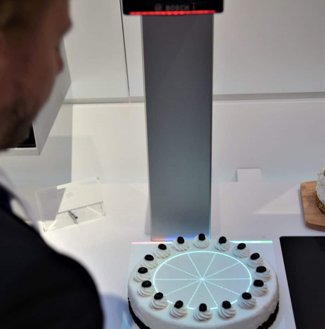 Der Bosch PAI lässt sich nicht nur für die Überwachung des Hauses via Home Connect-App verwenden, sondern auch für - zugegeben nützliche - Spielereien im Haushalt heranziehen. Leider wird er vorerst nur in China erhältlich sein. (Foto: Sophie Engelhard)