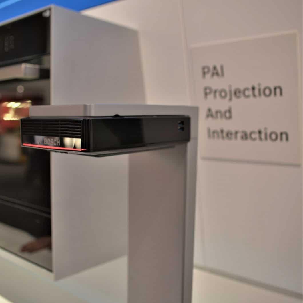Der Bosch PAI soll künftig an die Unterseite von Küchenschränken montiert werden und die interaktive Displayoberfläche des Smartphones projizieren. (Foto: Sophie Engelhard)