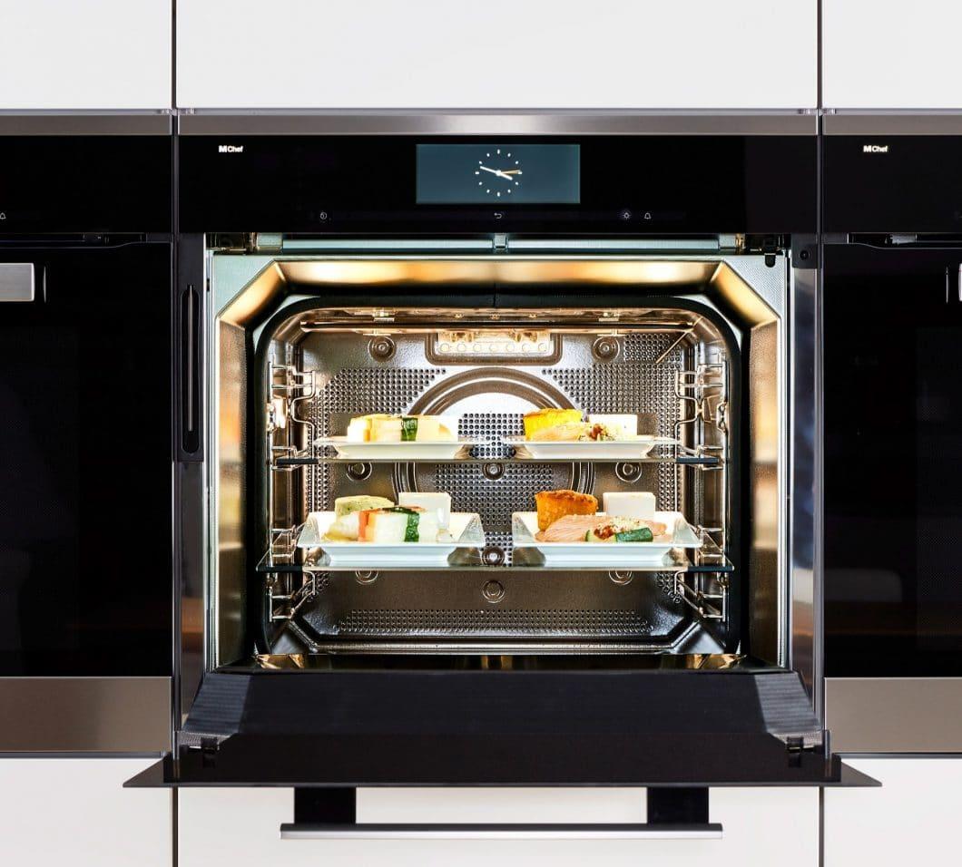 """Laut Miele ist der Dialoggarer """"der größte Innovationssprung in der Küche seit Erfindung des Induktionskochfeldes"""". Bis zu sechs MChef-Gerichte können in diesem binnen 20 Minuten zeitgleich zum perfekten Ergebnis gebracht werden. (Foto: Miele)"""