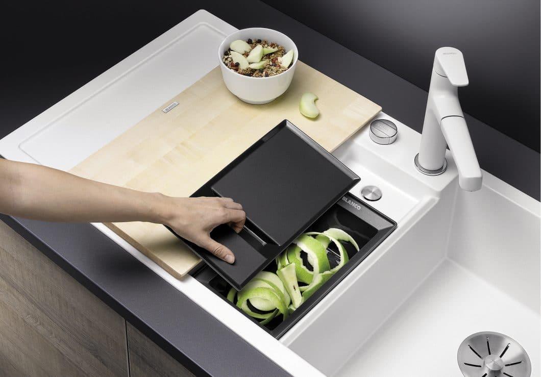 Die Spüle rückt auf zum individuell ausstattbaren Zentrum der Küche. Viele Arbeiten wie Waschen, Schneiden, Spülen und Anrichten lassen sich direkt hier verrichten - unter besonders hygienischen Umständen. (Foto: BLANCO)