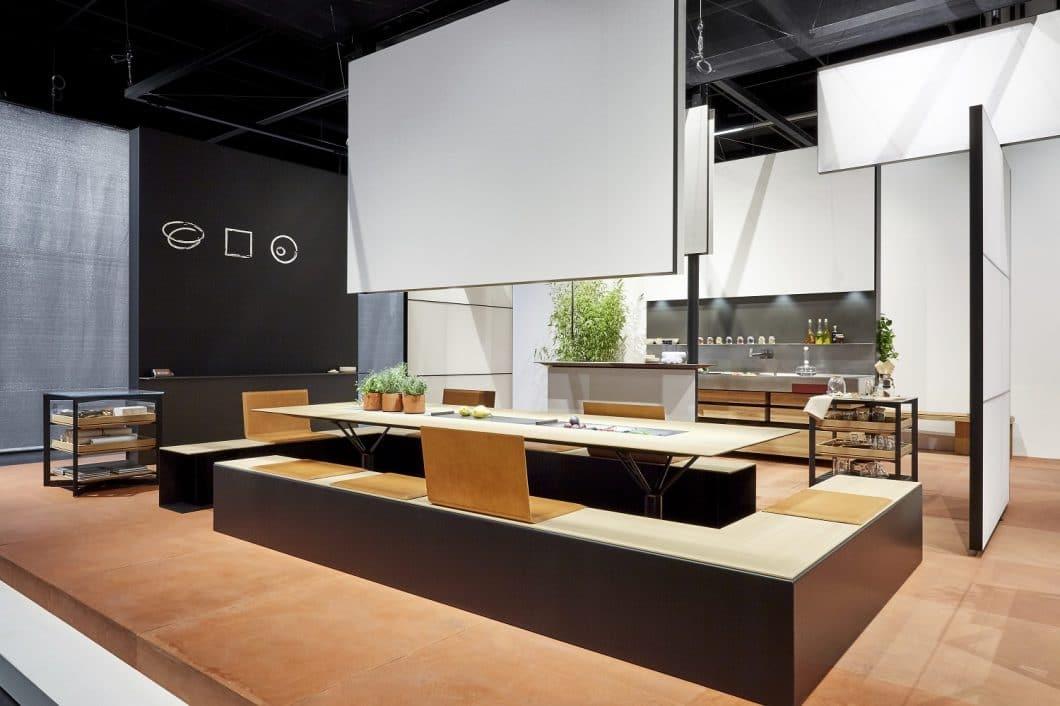 Im Zentrum der b.architecture im Office steht der Tisch mit umlaufender Sitzbank, der zum kreativen Schaffensprozess ebenso wie zur Regeneration in der Pause beitragen soll. (Foto: bulthaup)