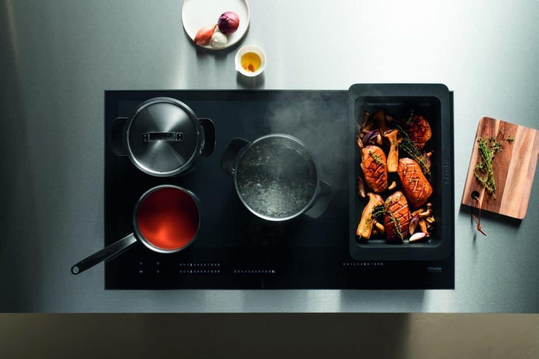 Die Miele Vollflächeninduktion verleiht dem Nutzer größtmögliche Flexibilität: Kochgeschirr kann darauf beliebig abgestellt und verschoben werden. (Foto: Miele)