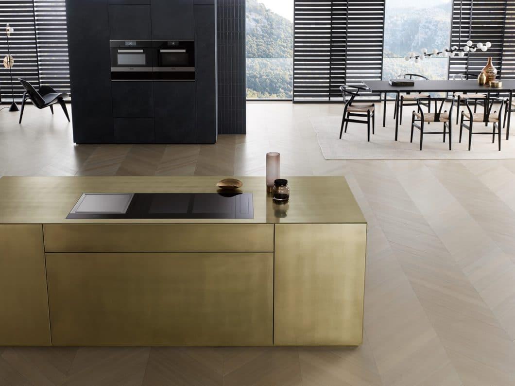 Unglaublich ästhetisch fügt sich die Miele Vollflächeninduktion der neuen Kochfeld-Generation KM 7000 in moderne Küchenräume ein. Das Kochfeld ist zudem hochfunktional. (Foto: Miele)