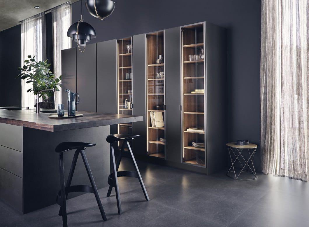 Mit LEICHT Steel erschafft der gleichnamige Küchenhersteller den perfekten Küchenraum aus Stahl, Glas und dunklem Walnussholz. (Foto: LEICHT)