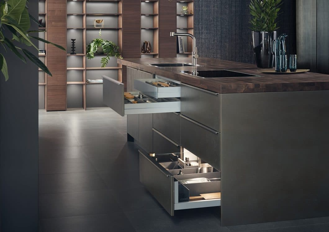 Oxidierte Stahlfronten erzeugen bei LEICHT Steel ein absolut individuelles Erscheinungsbild. Die funktionalen Edelstahlgriffe sind von vorne nicht einsehbar. Der Schubladeninnenraum wurde mit dem neuen horizontalen System COMBO versehen. (Foto: LEICHT)