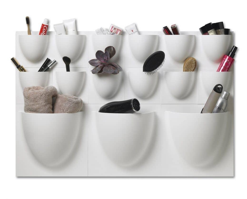 In vielen Bädern ist mangelnder Platz für Unterschränke ein Problem. Die praktischen Verti-Behälter können hier Abhilfe schaffen: Fön, Handtücher und Bürste, aber auch Zahnpasta und Duschgel lassen sich übersichtlich verstauen. Foto: Verti Copenhagen)