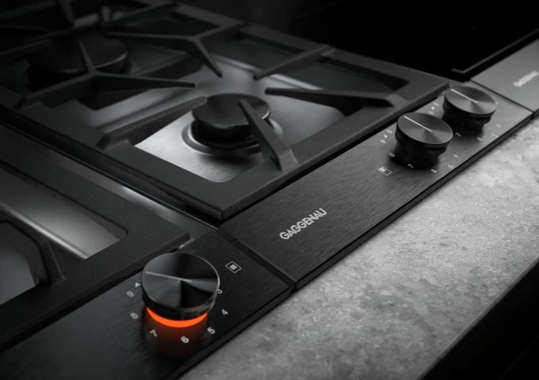 Eine absolute Neuheit bei der Gaggenau Vario Kochfeldserie 200: sowohl die Oberflächen der Kochmodule als auch die Bedienknebel sind jetzt in enorm hochwertigem, eloxiertem Aluminium erhältlich. (Foto: Gaggenau)