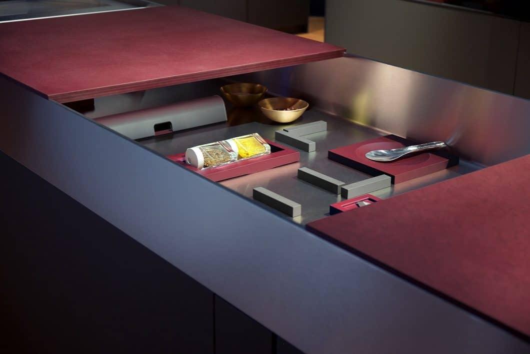 Stauräume werden 2019 auf spielerische Weise neu erschlossen: diese Edelstahlwanne des Luxusküchenherstellers bulthaup lässt sich individuell bestücken und kann, je nach Bedarf, mit verschiebbaren Arbeitsplatten vor neugierigen Blicken verborgen werden. (Foto: bulthaup)