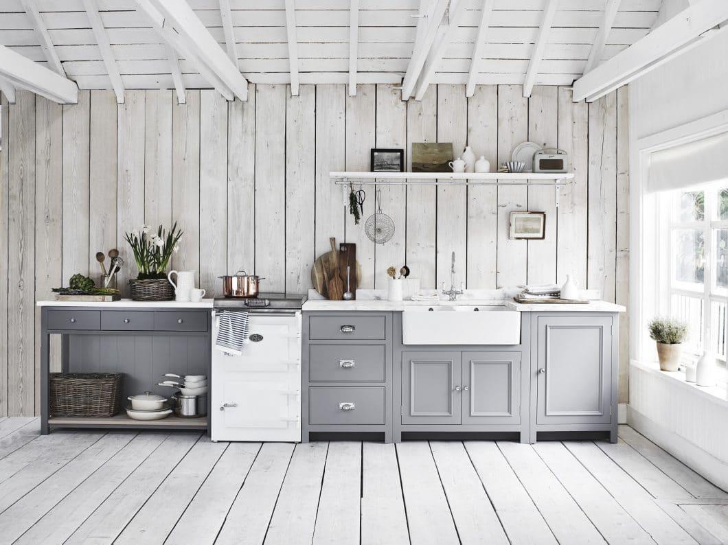 Moderne Landhausküchen besitzen häufig einen besonders markanten und imposanten Spülbereich, der das Herzstück der Küchenzeile ist. (Foto: Neptune)