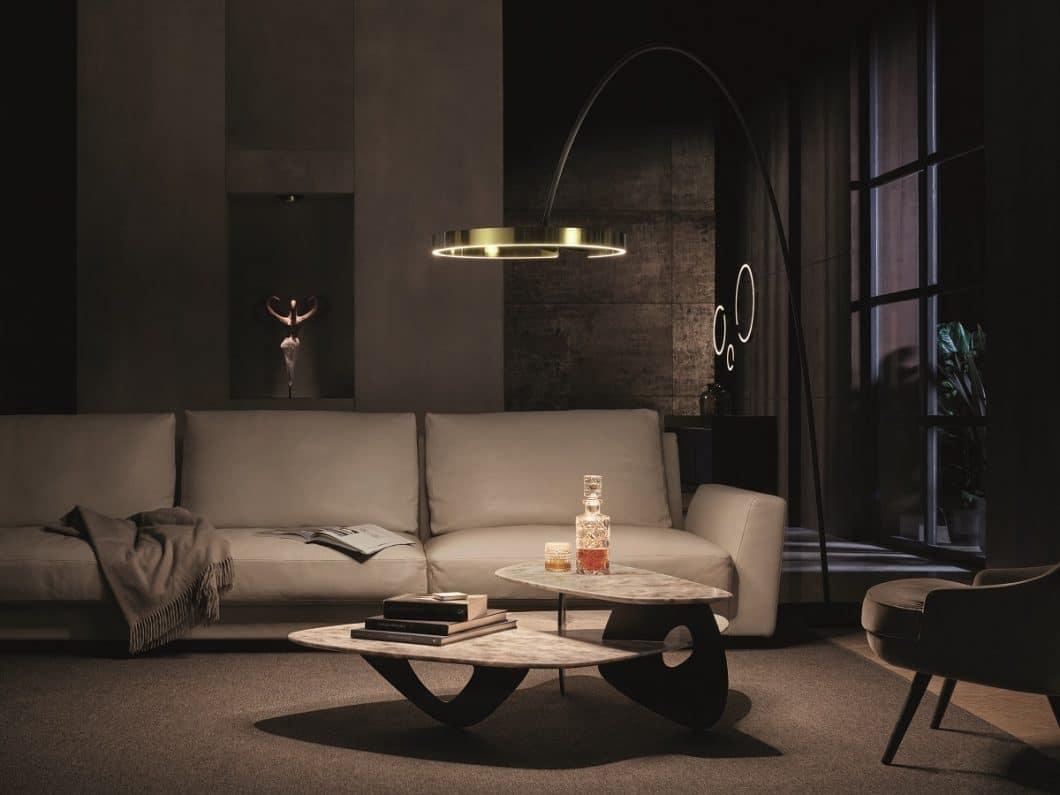 Die Mito-Kollektion von Occhio erfährt eine luxuriöse Erweiterung: die Bogenleuchte Mito largo und die Stehleuchte Mito raggio sind hochfunktionale Leuchtenobjekte für eine ästhetische Raumgestaltung. (Foto: Occhio)