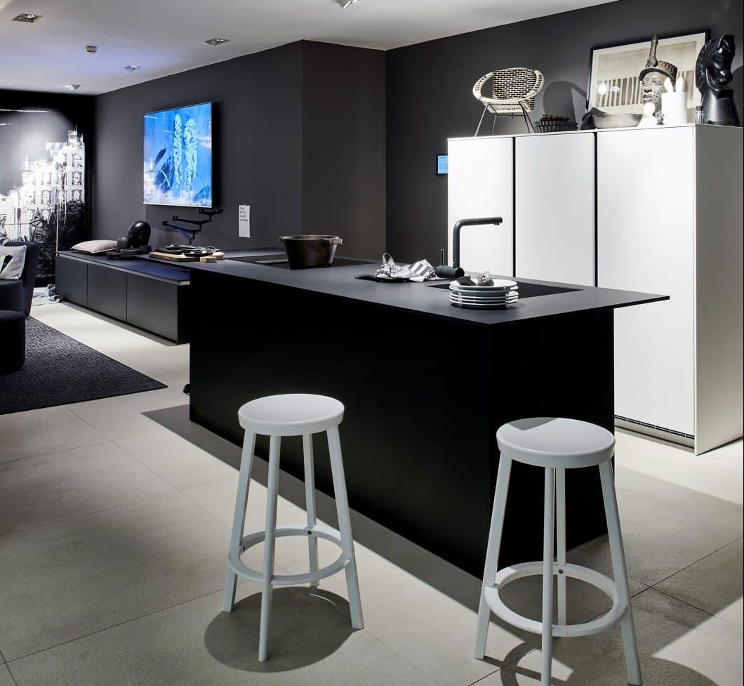 Eine Küche der Serie +SEGMENTO Y in schwarz und weiß.