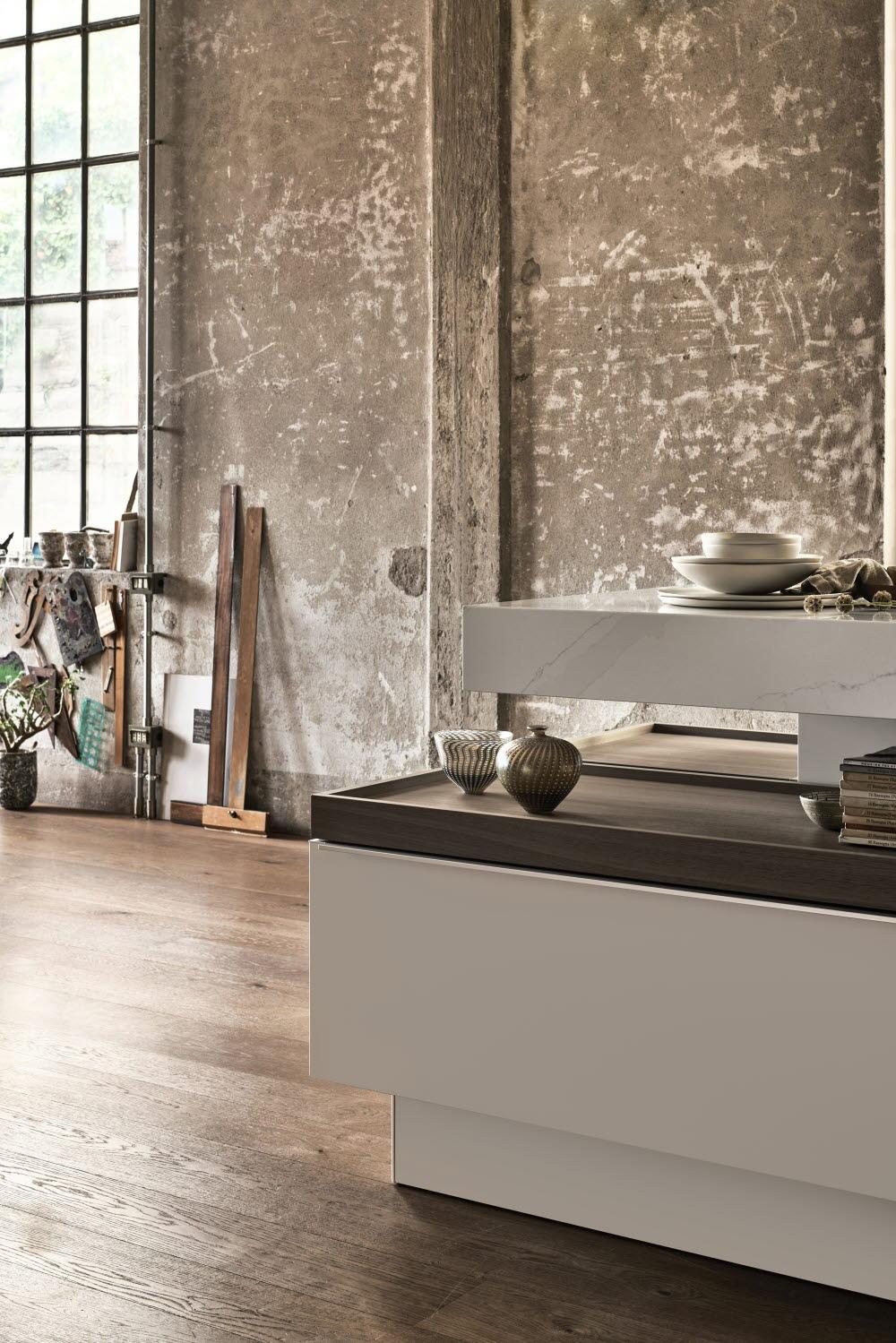 """Kunstvoller Hingucker ist die durchlässige Fläche zwischen Arbeitsplatte und Unterschrank der Kücheninsel, der Designobjekte ebenso wie Kochgeschirr beherbergen und auf sogenannten """"Trays"""" ausstellen kann. (Foto: Poggenpohl)"""